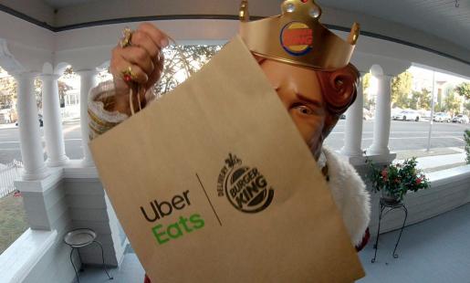 mascote-do-burger-king-faz-entregas-para-divulgar-nova-parceria