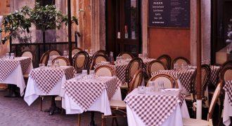 Apesar do delivery, venda em restaurantes cai mais do que média do varejo
